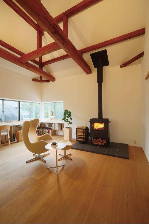 一台で家中が暖まる薪ストーブは炎を鑑賞しながら、 心穏やかに過ごせる