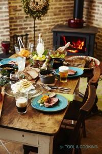 塊の肉や鶏一羽を野菜とともに焼き、遅めの昼食をいただく「サンデーロースト」。薪ストーブで暖まりながら楽しむ