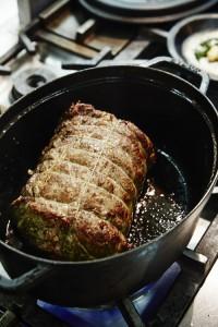 常温に戻した肉のすべての面をこんがりと焼き色が付くまで焼き付ける