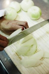 玉葱7〜8個を繊維を切るため輪切りで1mm位にスライスする