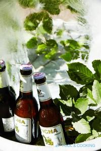 タライに入った大きな氷とタイのビール