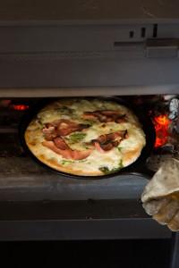 薪ストーブの炉内できれいに焼きあがったピザ