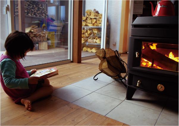 薪ストーブ本体や煙突は、事故を防ぐため、家具やカーテンなど可燃物との距離は充分に取り、常に整頓を心がけます。