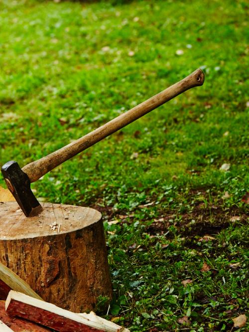 斧での薪割り