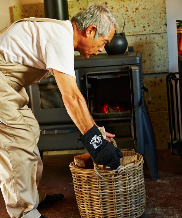 薪は何日分かあらかじめ室内に取り込んでおくと、外気の冷えや霜が取れ、火がつきやすい。