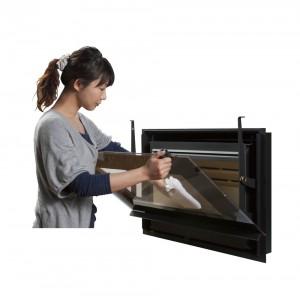 HWAMのインサート(埋め込み)式薪ストーブ、I30シリーズは女性一人でも簡単に扱えます