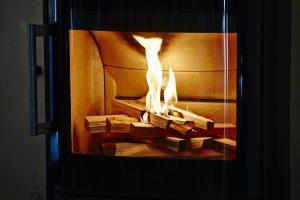 針葉樹の薪は火がつきやすく、温度が上がりやすい